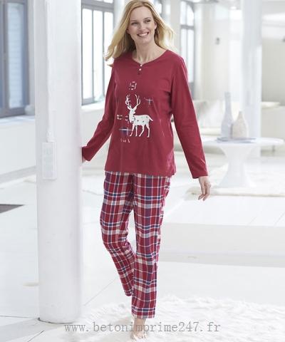 Grosse femme en pyjama