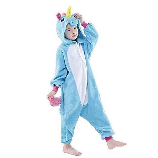 Fille en pyjama licorne